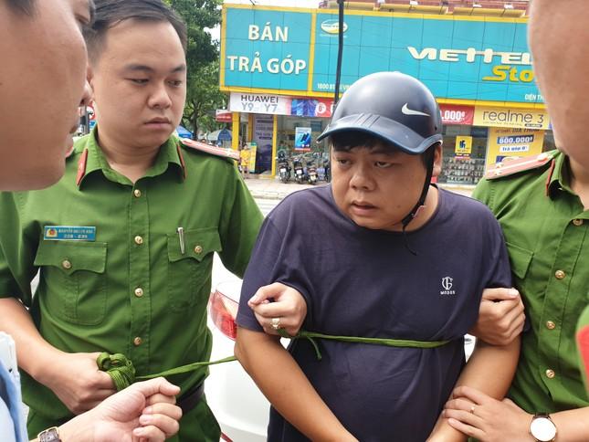 Ba người Trung Quốc dùng thẻ ATM rút tiền của hàng chục khách hàng ảnh 4