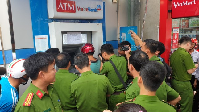 Ba người Trung Quốc dùng thẻ ATM rút tiền của hàng chục khách hàng ảnh 3