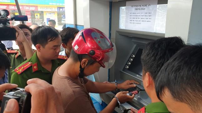 Ba người Trung Quốc dùng thẻ ATM rút tiền của hàng chục khách hàng ảnh 2