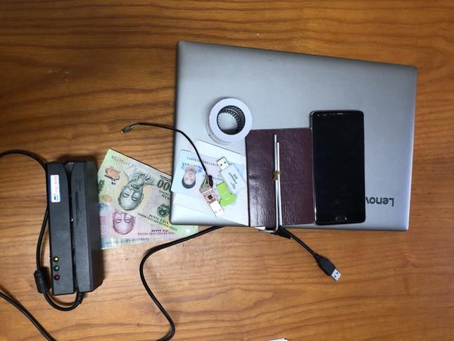 Ba người Trung Quốc dùng thẻ ATM rút tiền của hàng chục khách hàng ảnh 5