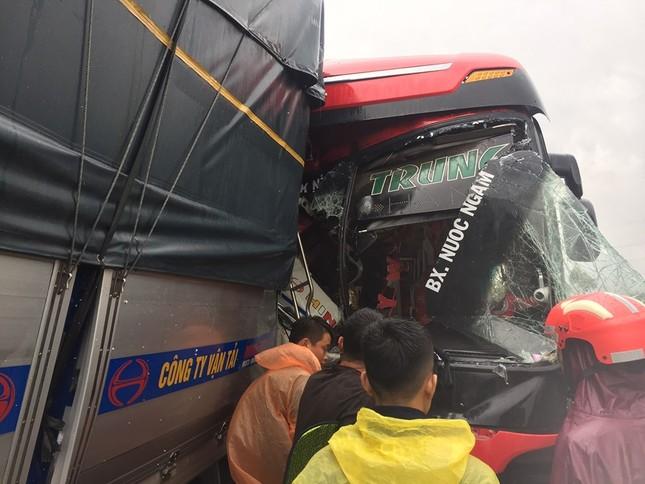 Xe khách đấu đầu xe tải khiến một người chết, hàng chục người bị thương ảnh 1