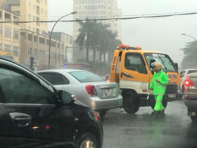 Mưa cực lớn kéo dài ở Nghệ An, đường phố thành 'sông' ảnh 9