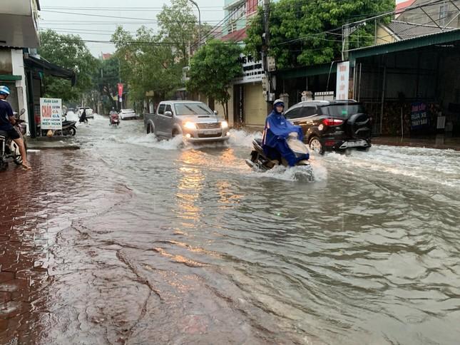 Mưa cực lớn kéo dài ở Nghệ An, đường phố thành 'sông' ảnh 6