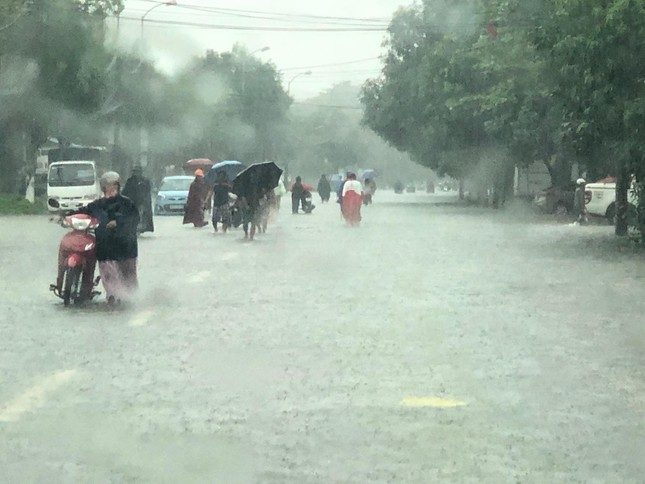 Thành Vinh 'thất thủ' sau trận mưa xối xả ảnh 5