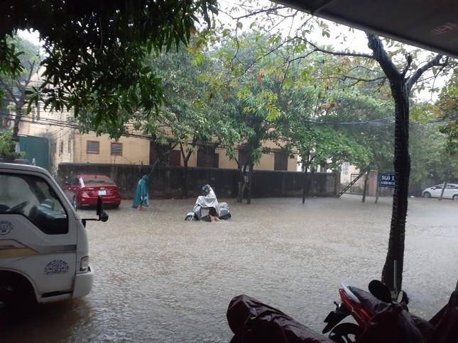 Mưa cực lớn kéo dài ở Nghệ An, đường phố thành 'sông' ảnh 7