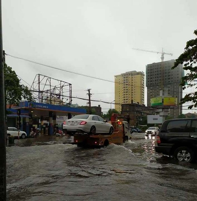 Mưa cực lớn kéo dài ở Nghệ An, đường phố thành 'sông' ảnh 8