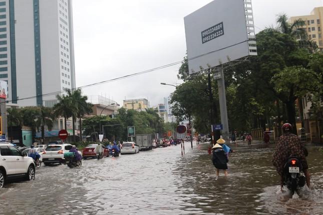 Mưa cực lớn kéo dài ở Nghệ An, đường phố thành 'sông' ảnh 1