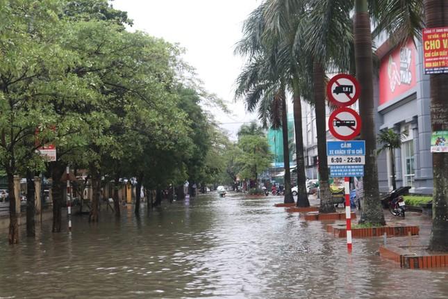 Mưa cực lớn kéo dài ở Nghệ An, đường phố thành 'sông' ảnh 2