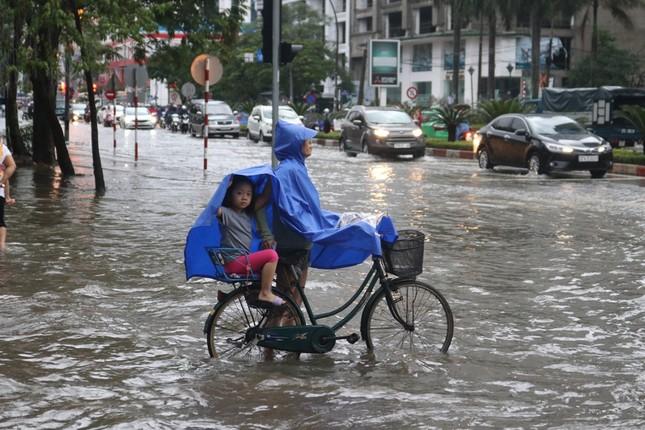 Mưa cực lớn kéo dài ở Nghệ An, đường phố thành 'sông' ảnh 4