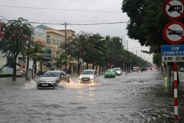 Mưa cực lớn kéo dài ở Nghệ An, đường phố thành 'sông' ảnh 5