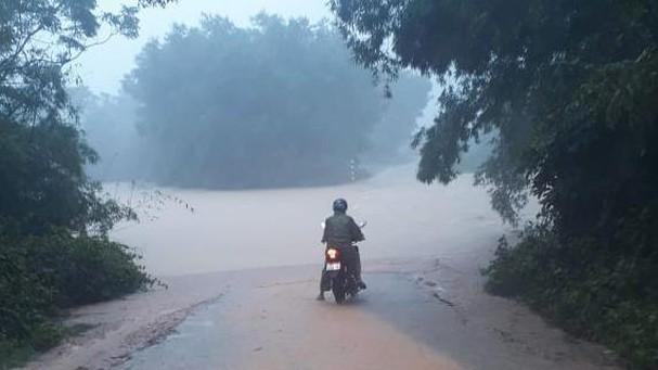 Mưa lớn khiến nhiều địa phương ở Nghệ An bị chia cắt ảnh 2