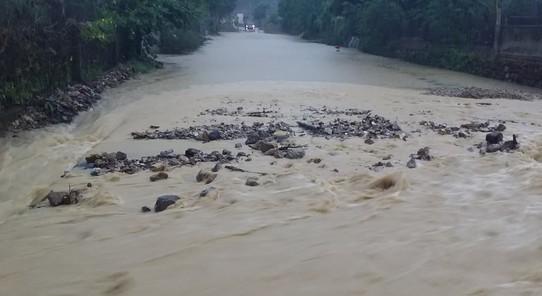 Mưa lớn khiến nhiều địa phương ở Nghệ An bị chia cắt ảnh 3