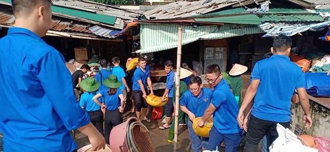 Thanh niên tình nguyện dầm mưa cứu trợ người dân tại rốn lũ chợ Vinh ảnh 9