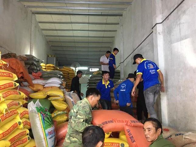 Thanh niên tình nguyện dầm mưa cứu trợ người dân tại rốn lũ chợ Vinh ảnh 10