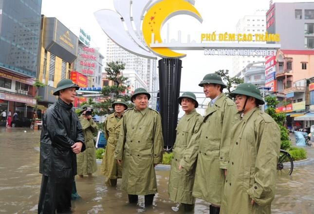 Thanh niên tình nguyện dầm mưa cứu trợ người dân tại rốn lũ chợ Vinh ảnh 8