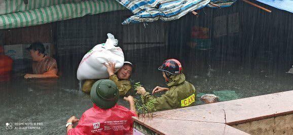 Thanh niên tình nguyện dầm mưa cứu trợ người dân tại rốn lũ chợ Vinh ảnh 4