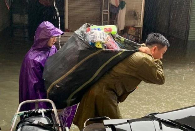 Thanh niên tình nguyện dầm mưa cứu trợ người dân tại rốn lũ chợ Vinh ảnh 3