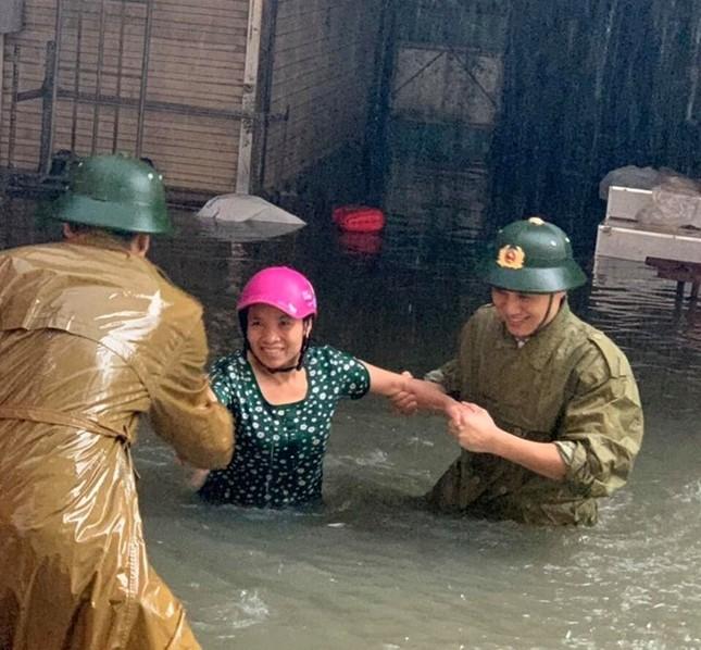 Thanh niên tình nguyện dầm mưa cứu trợ người dân tại rốn lũ chợ Vinh ảnh 2
