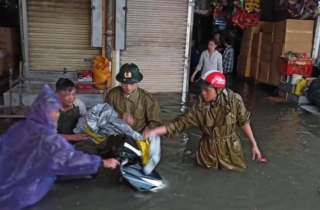 Thanh niên tình nguyện dầm mưa cứu trợ người dân tại rốn lũ chợ Vinh ảnh 1
