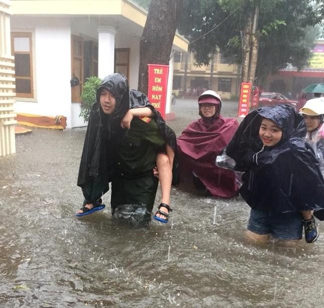 Thanh niên tình nguyện dầm mưa cứu trợ người dân tại rốn lũ chợ Vinh ảnh 5