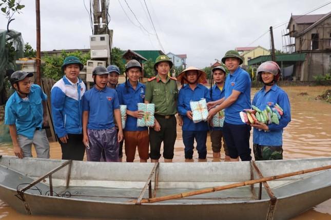 Thanh niên tình nguyện dầm mưa cứu trợ người dân tại rốn lũ chợ Vinh ảnh 11
