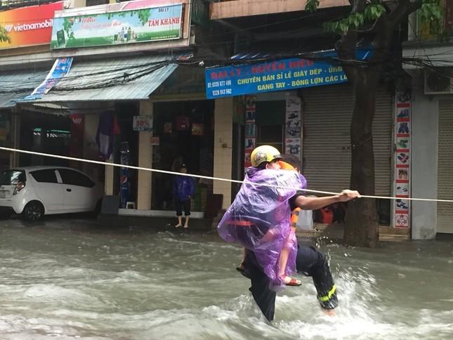 Thanh niên tình nguyện dầm mưa cứu trợ người dân tại rốn lũ chợ Vinh ảnh 7