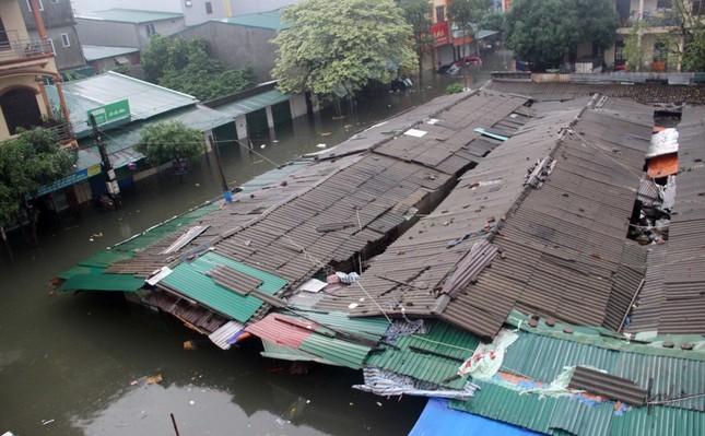 Thanh niên tình nguyện dầm mưa cứu trợ người dân tại rốn lũ chợ Vinh ảnh 12