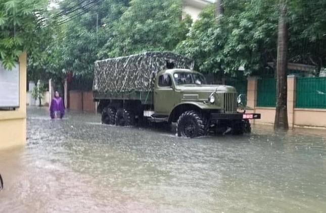 Bộ đội vượt lũ cứu hộ người dân TP Vinh giữa mưa trắng trời ảnh 1