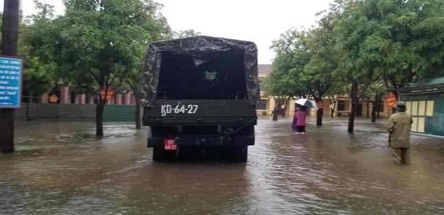 Bộ đội vượt lũ cứu hộ người dân TP Vinh giữa mưa trắng trời ảnh 2