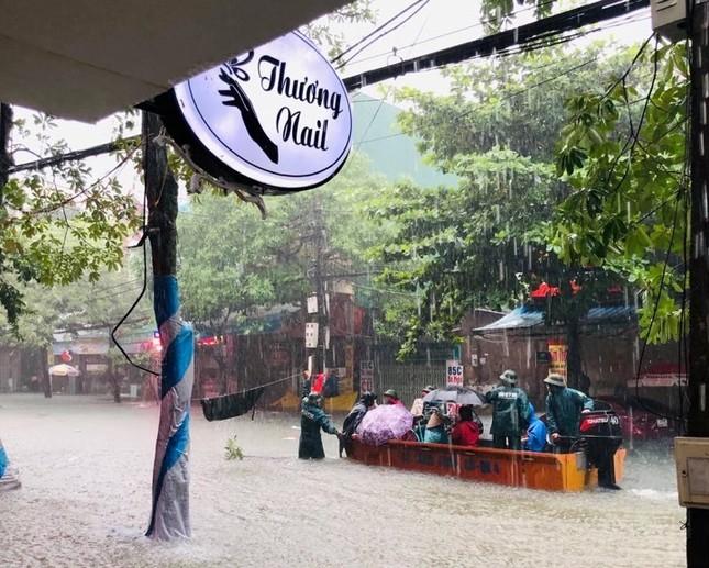Bộ đội vượt lũ cứu hộ người dân TP Vinh giữa mưa trắng trời ảnh 3