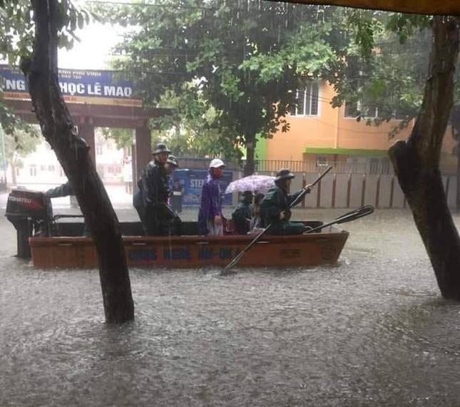 Bộ đội vượt lũ cứu hộ người dân TP Vinh giữa mưa trắng trời ảnh 4