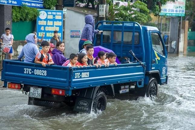 Bộ đội vượt lũ cứu hộ người dân TP Vinh giữa mưa trắng trời ảnh 6