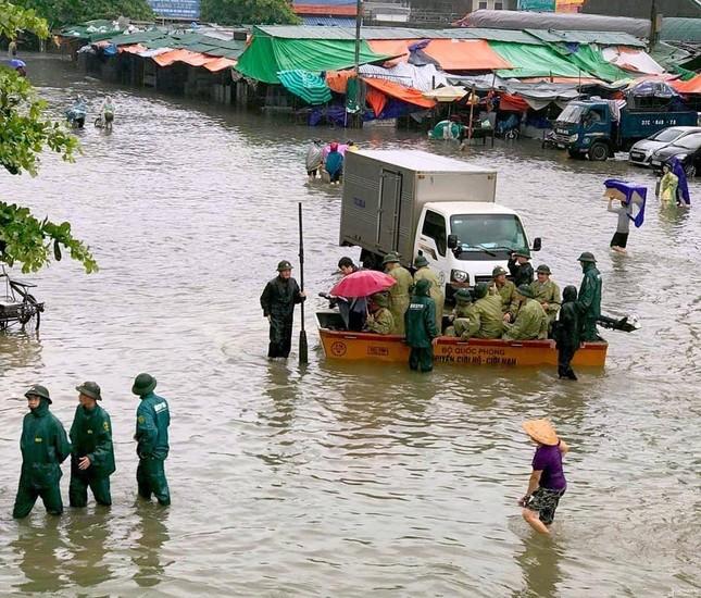 Bộ đội vượt lũ cứu hộ người dân TP Vinh giữa mưa trắng trời ảnh 8