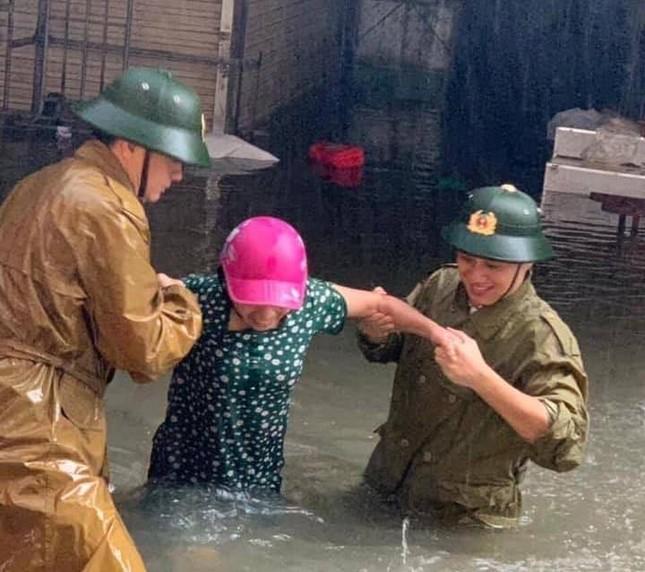 Bộ đội vượt lũ cứu hộ người dân TP Vinh giữa mưa trắng trời ảnh 7