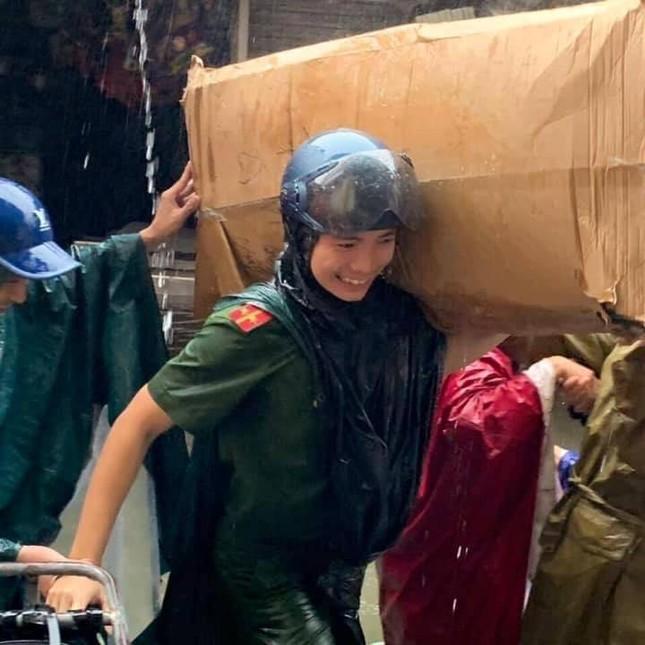 Bộ đội vượt lũ cứu hộ người dân TP Vinh giữa mưa trắng trời ảnh 9