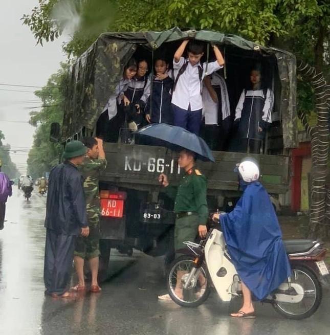Bộ đội vượt lũ cứu hộ người dân TP Vinh giữa mưa trắng trời ảnh 5