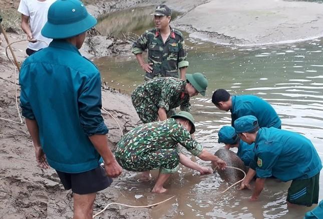 Phát hiện quả bom 'khủng' nặng hơn 300kg dưới sông ảnh 1