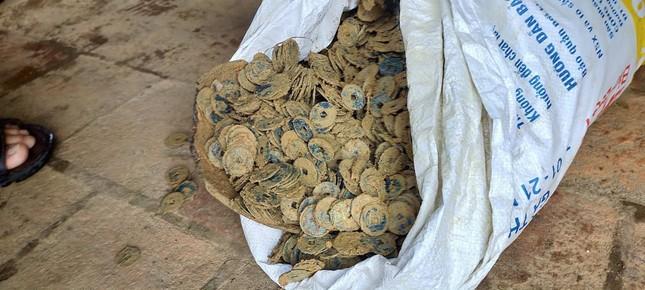 Đào móng nhà, nông dân phát hiện 3 hũ sứ đựng hơn 100kg tiền cổ ảnh 1