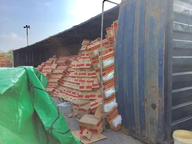 Xe container lật nhào khi ôm cua vòng xuyến ảnh 3