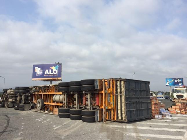 Xe container lật nhào khi ôm cua vòng xuyến ảnh 1