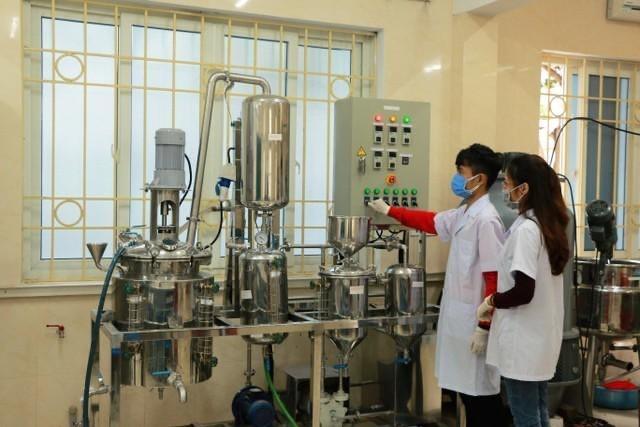 ĐH Vinh sản xuất dung dịch rửa tay, cấp phát miễn phí cho người dân ảnh 2