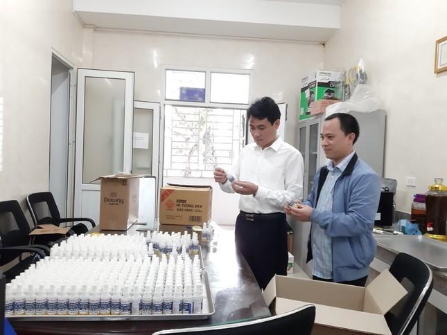 ĐH Vinh sản xuất dung dịch rửa tay, cấp phát miễn phí cho người dân ảnh 1