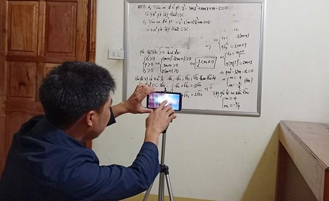 Thầy giáo xứ Nghệ hướng dẫn học sinh ôn bài qua youtube ảnh 1