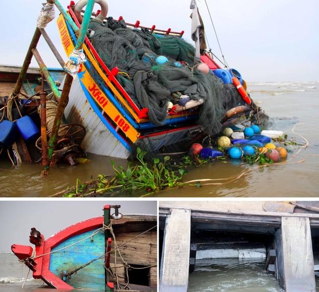 Tàu cá bị chìm tại cửa biển, 5 ngư dân may mắn thoát nạn ảnh 1