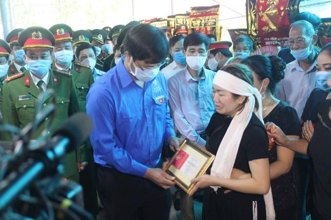 Trung ương Đoàn tặng huy hiệu Tuổi trẻ dũng cảm cho thượng úy hy sinh khi làm nhiệm vụ ảnh 2