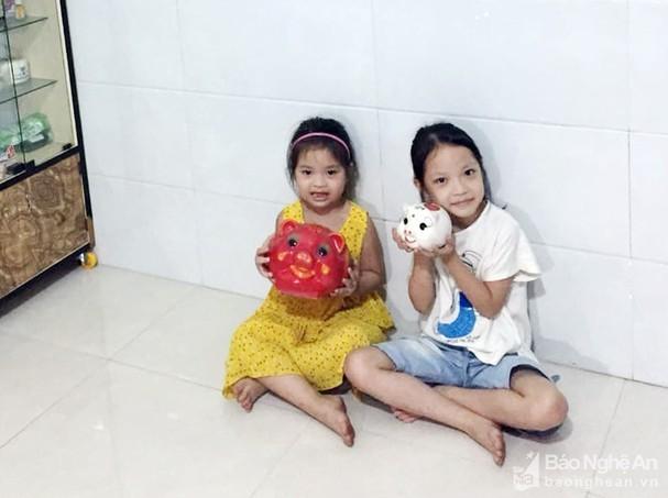 Hai bé gái dùng tiền tiết kiệm trong 5 năm ủng hộ phòng chống COVID-19 ảnh 1