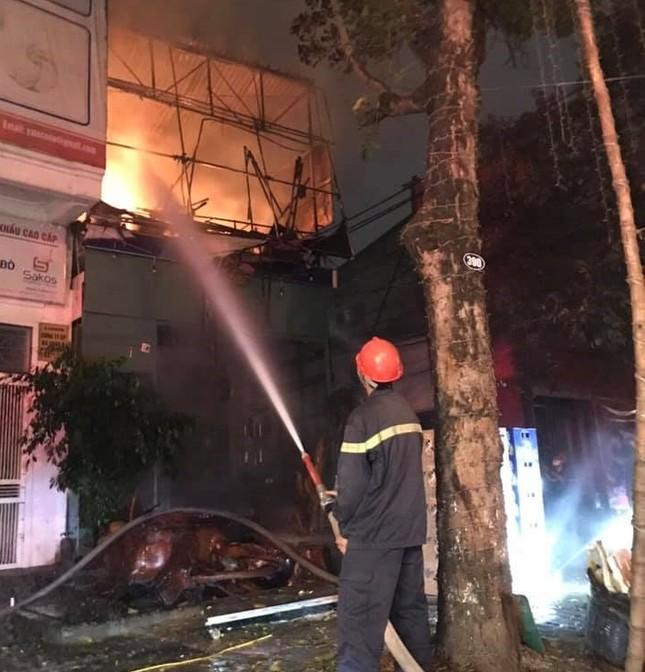 Nhà hai tầng bốc cháy dữ dội trong đêm ảnh 4