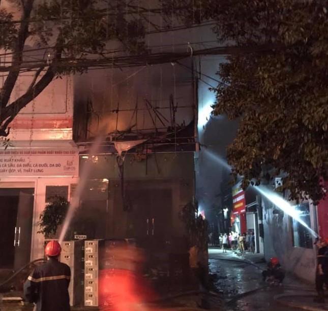 Nhà hai tầng bốc cháy dữ dội trong đêm ảnh 5