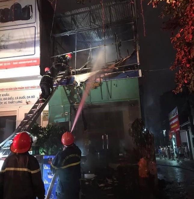 Nhà hai tầng bốc cháy dữ dội trong đêm ảnh 3