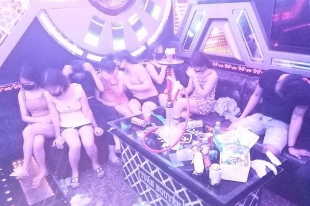 Buộc cách ly 11 nam thanh, nữ tú 'say sưa' trong quán karaoke lúc rạng sáng ảnh 1